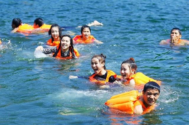 Áo phao bị khi di chuyển trên sông nước đảm bảo an toàn cho mọi người