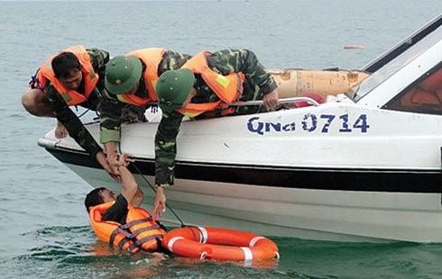 Áo phao cùng với phao cứu sinh là những vật dụng không thể thiếu khi tham gia cứu hộ